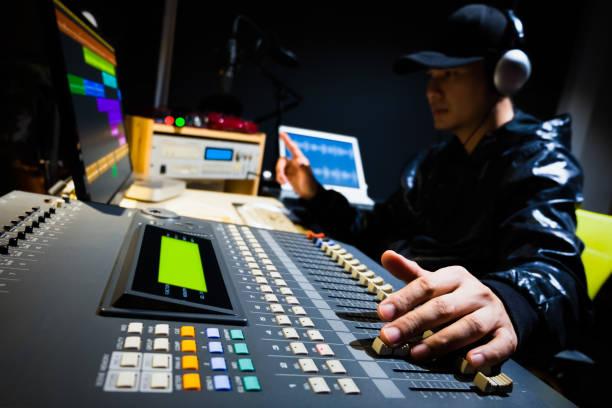 asiatischen männlichen tontechniker arbeiten in digital audio & video schnittstudio der post-produktion - postproduktion stock-fotos und bilder