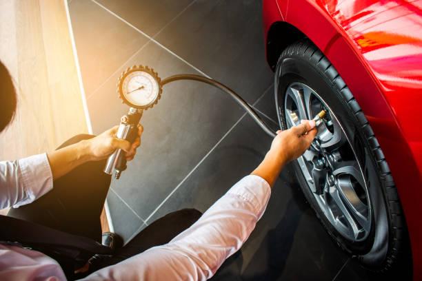aziatisch mens inspectie maatregel hoeveelheid opgeblazen rubberen banden auto. close-up van de hand met machine opgeblazen manometer voor meting van de druk van de band van de auto voor automobiel, auto beeld - tyre stockfoto's en -beelden