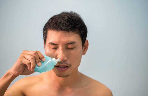aziatisch mens schoon sinus - infuusoplossing stockfoto's en -beelden