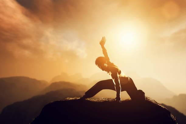 Homme asiatique, chasse pratique les arts martiaux en haute montagne au coucher du soleil. - Photo