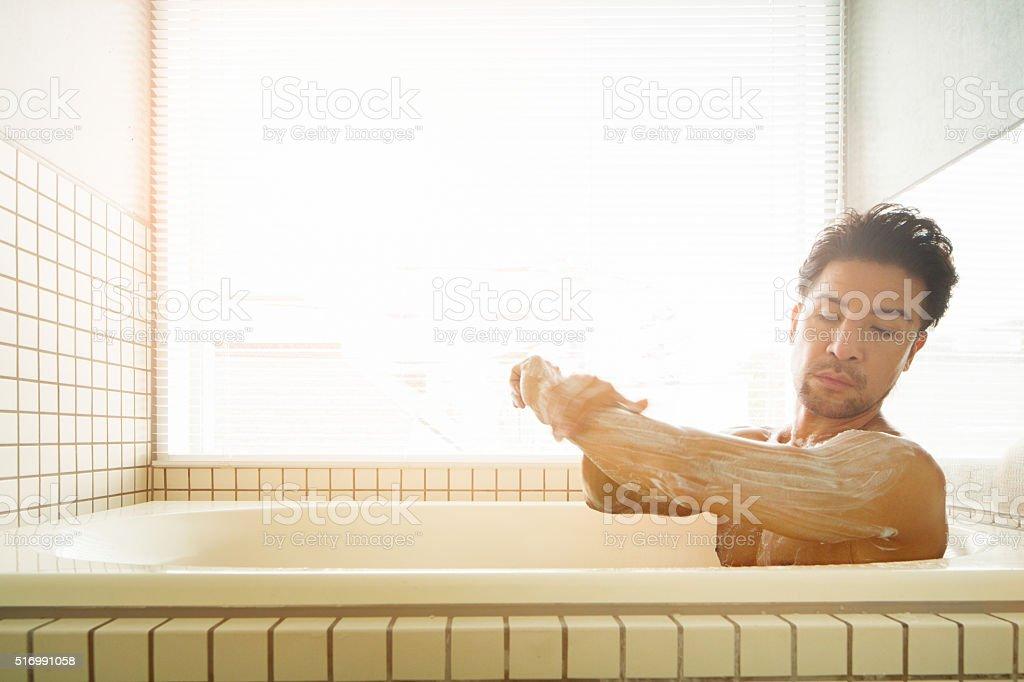 Asiatischen Mann einseifen Seife in Badewanne – Foto