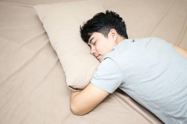 Asiatischer Mann im Bett allein schlafen Mann schlafen Konzept, 20er Jahre Alter – Foto