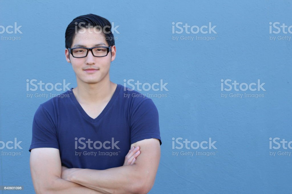 Asiatischen Mann mit Brille auf blauem Hintergrund – Foto
