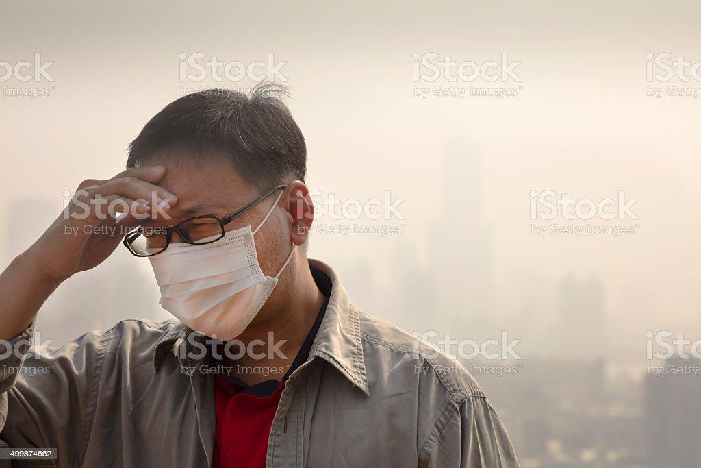 Uomo indossando maschera asiatica bocca contro l'inquinamento dell'aria - foto stock