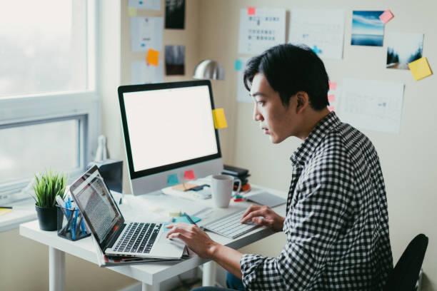trabajar en un equipo asiatico - trabajo freelance fotografías e imágenes de stock