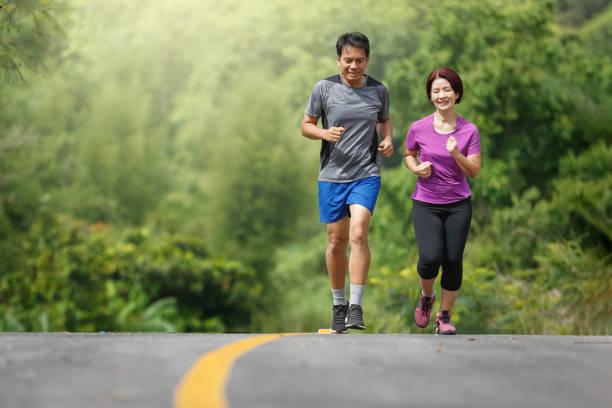 Asiatisches Paar mittleren Alters Jogging-Übung im Park – Foto