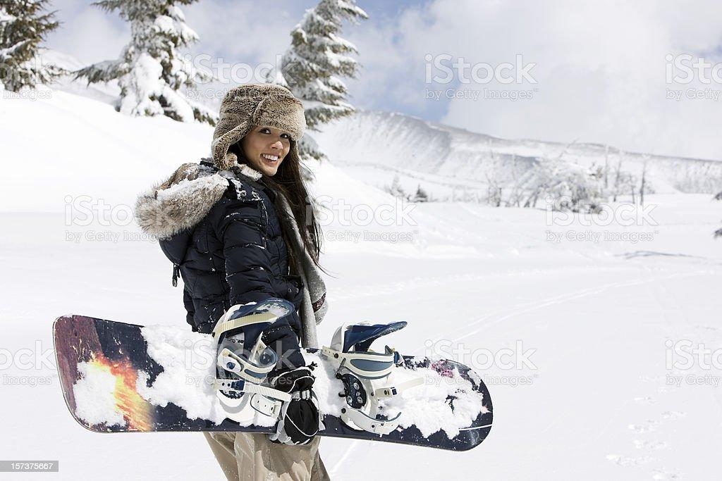 Casal Jovem mulher asiática snowboard nas montanhas cobertas de neve, espaço para texto - foto de acervo