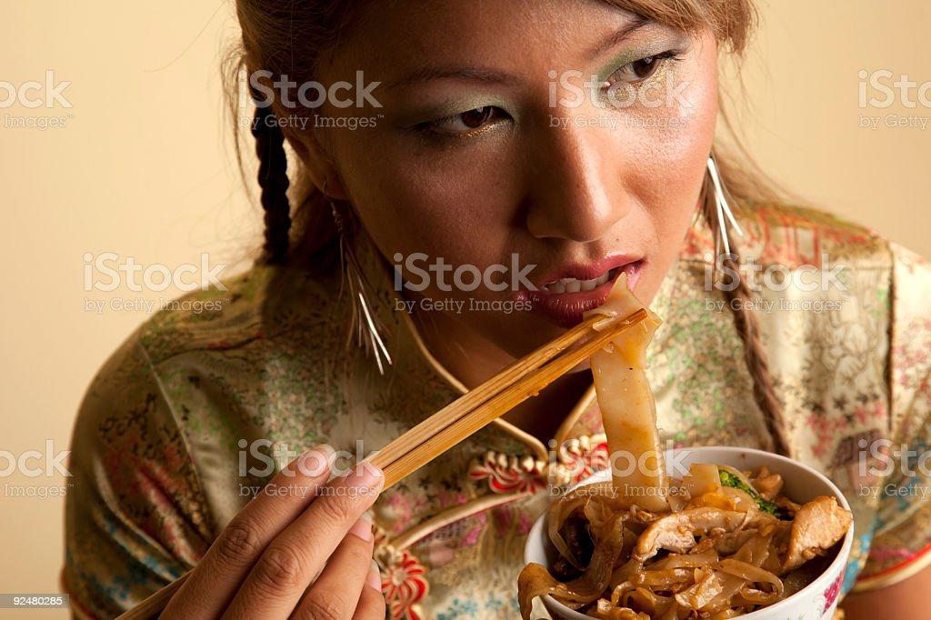 Asiatischen Modell Essen Nudeln in traditioneller Kleidung Lizenzfreies stock-foto
