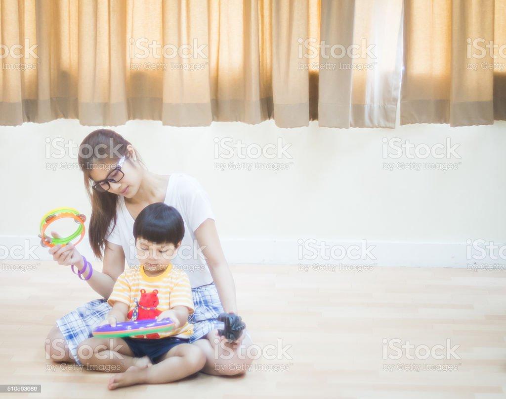 Asiática Mãe e bebê menino em sala de aula - foto de acervo