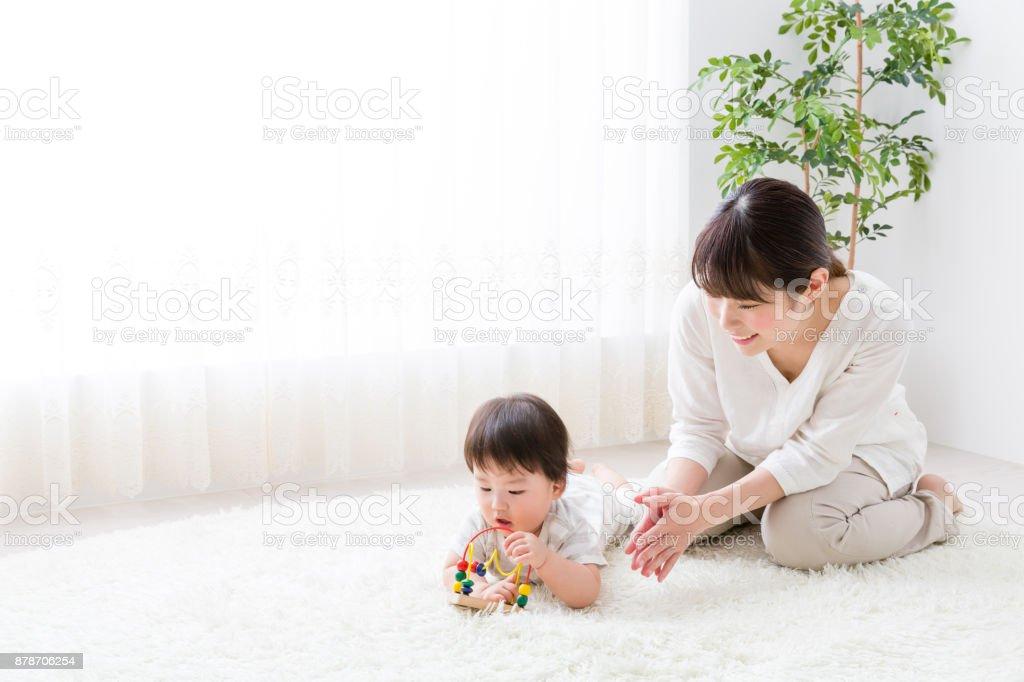 アジアの母と赤ちゃんの生活部屋 ストックフォト