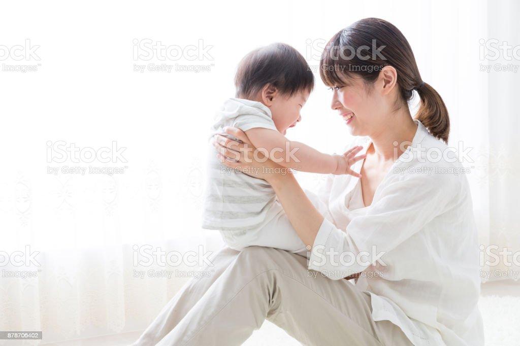 アジアの母と赤ちゃんの生活部屋 - 2人のロイヤリティフリーストックフォト