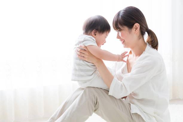 アジアの母と赤ちゃんの生活部屋 - 子供 ストックフォトと画像