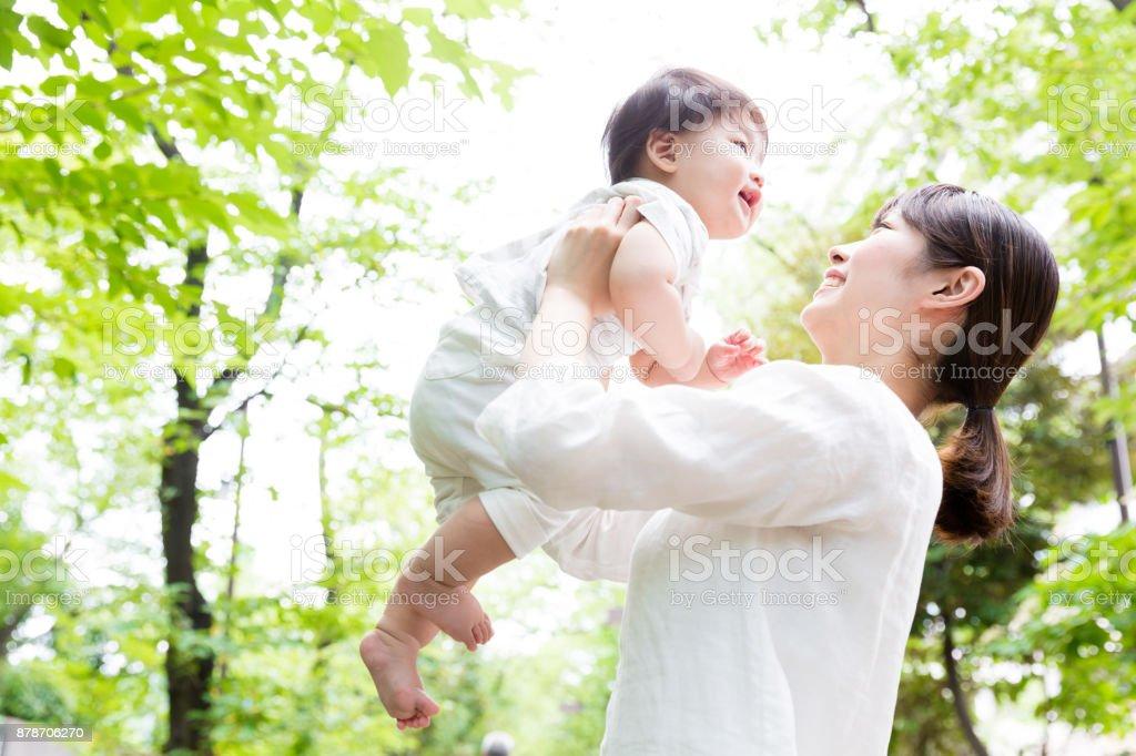 アジアの母と公園で赤ちゃん ストックフォト