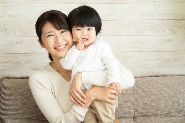 アジアの母と赤ちゃん - 母娘 笑顔 日本人 ストックフォトと画像