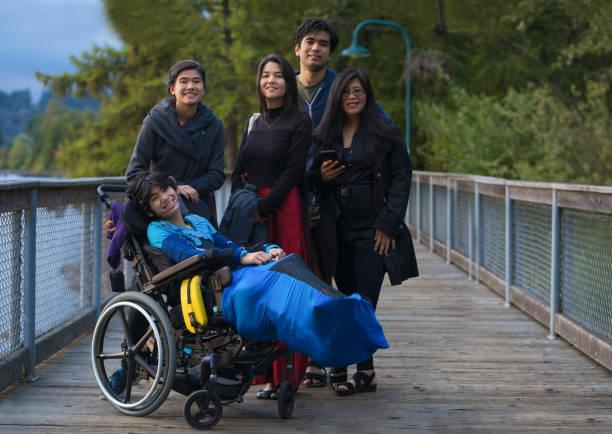 車椅子の成人した子供と障害のある息子を持つアジアの母親 - disabilitycollection ストックフォトと画像