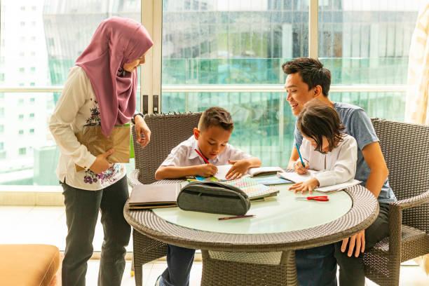 Famille musulmane asiatique faire leurs devoirs ensemble - Photo