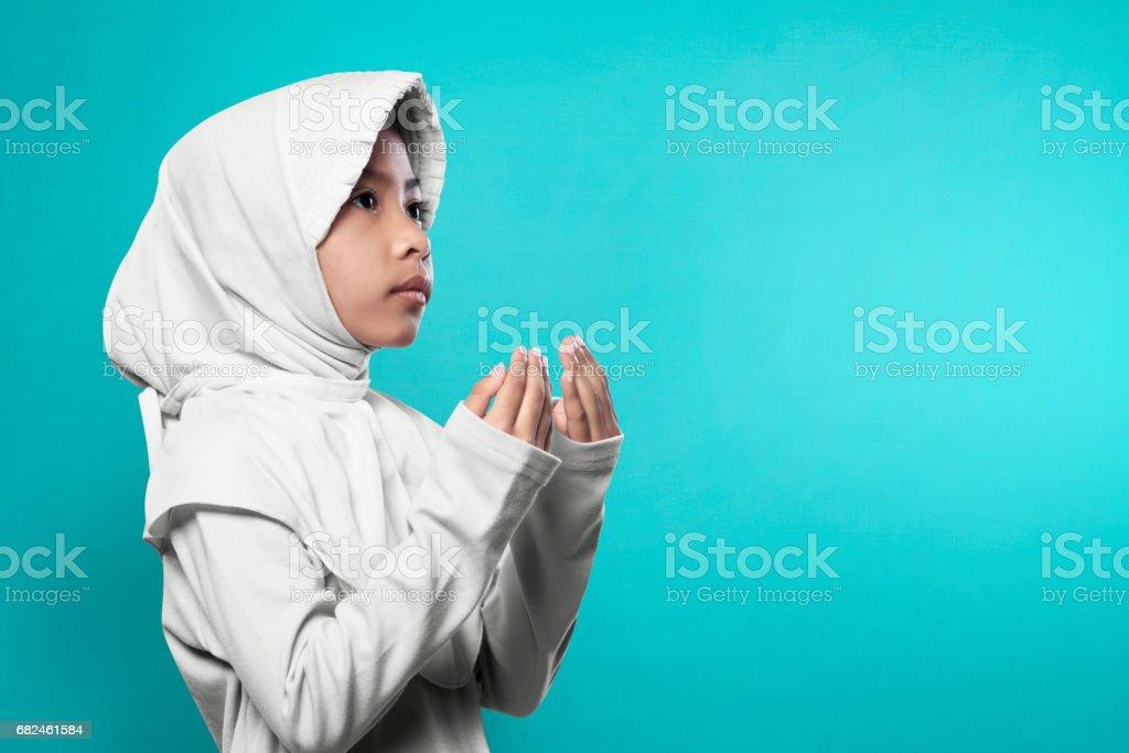 Asiatische muslimisches Mädchen Hijab Hand heben und beten Lizenzfreies stock-foto