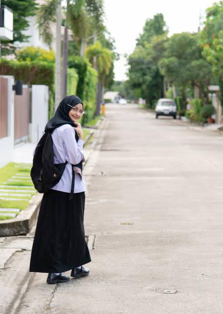Estudiantes musulmanes asiáticos van a la escuela. - foto de stock