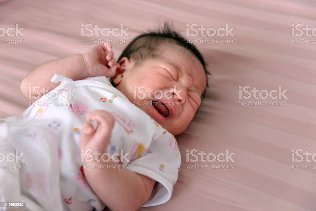 Asiatische neugeborenes Baby weint – Foto