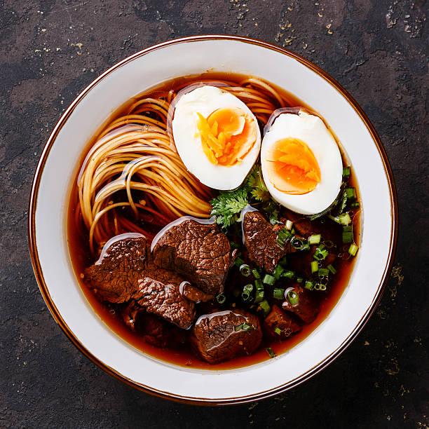 asian noodles with beef and egg - ramen noedels stockfoto's en -beelden