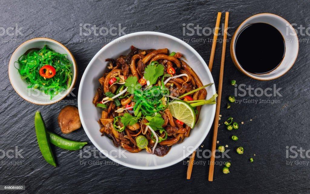 Fideos asiáticos con pollo y salsa de soja picante - foto de stock