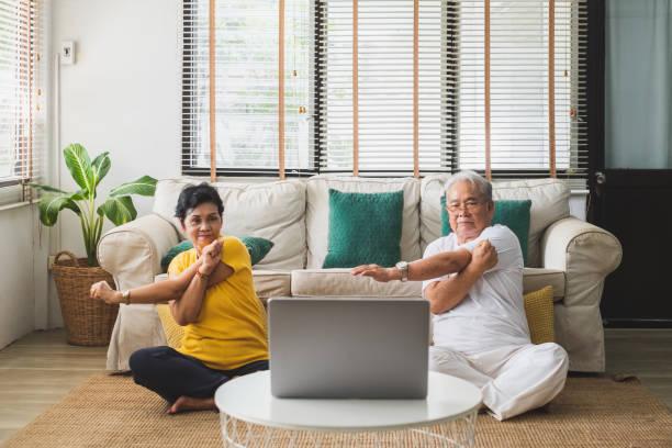 asiatische alte senior workout-übung und yoga zu hause - entspannungsübung stock-fotos und bilder