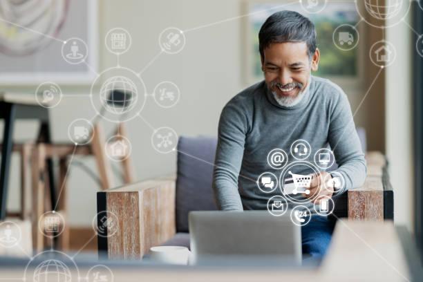 asiatischer oder hispanischer mann, der laptop und kreditkartenzahlungskauf online mit icon-kundennetzverbindung auf dem bildschirm und der verbindung mit omni-channel-system einkauft. älterer mann zufrieden mit crm-system - konsum stock-fotos und bilder