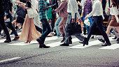 アジアの人々は横断歩道を渡っています