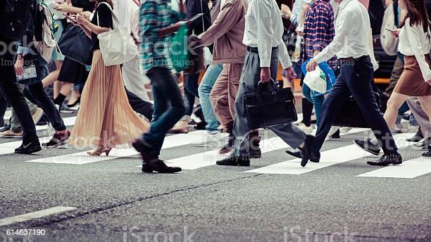 Asian People Are Across The Crosswalk Stockfoto en meer beelden van Aan het werk