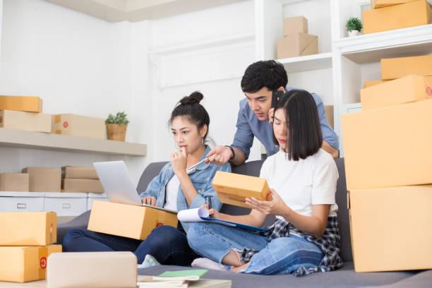 Asiaten Autostart zu Kleinunternehmen zusammen zu Hause. Junge Besitzer Menschen für Unternehmen, KMU, Lieferung Onlineprojekt Start. Online-Business-Konzept. – Foto