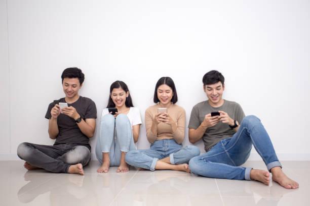 Asiaten mit Smartphone mit glücklich Emotion. Menschen mit Technologie-Konzept. – Foto