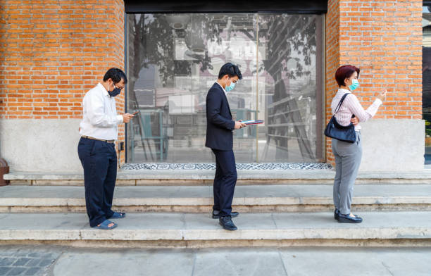 Asiatische Menschen tragen Maske und halten soziale Entsung, um die Ausbreitung von COVID-19 zu vermeiden – Foto