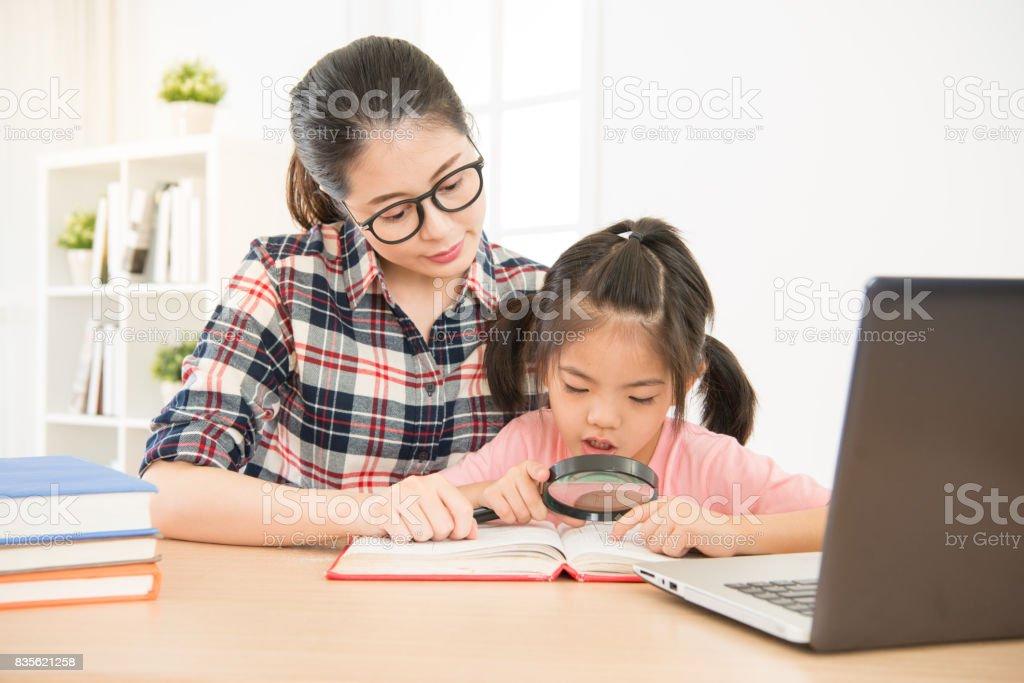 mãe bonita asiática acompanhar cuidadosamente - foto de acervo