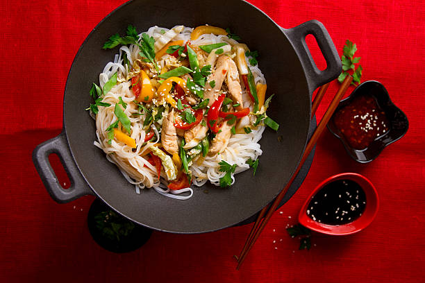 asian rice noodles wok with chicken and vegetables - 베르미첼리 뉴스 사진 이미지