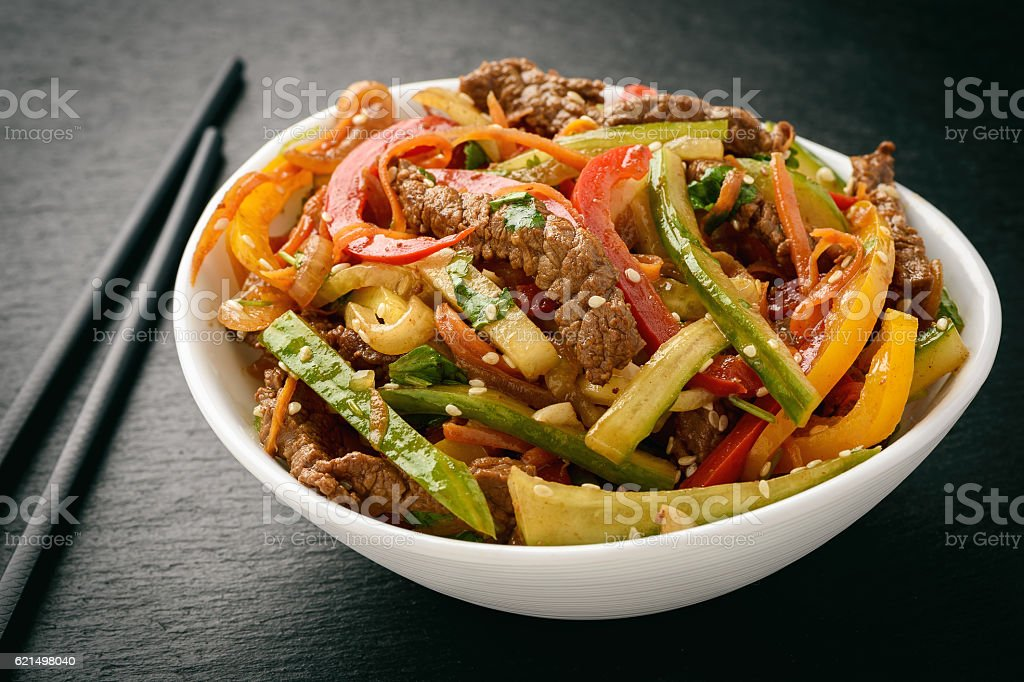 Asian (korean) salad with beef, vegetables and sesame seeds. foto stock royalty-free
