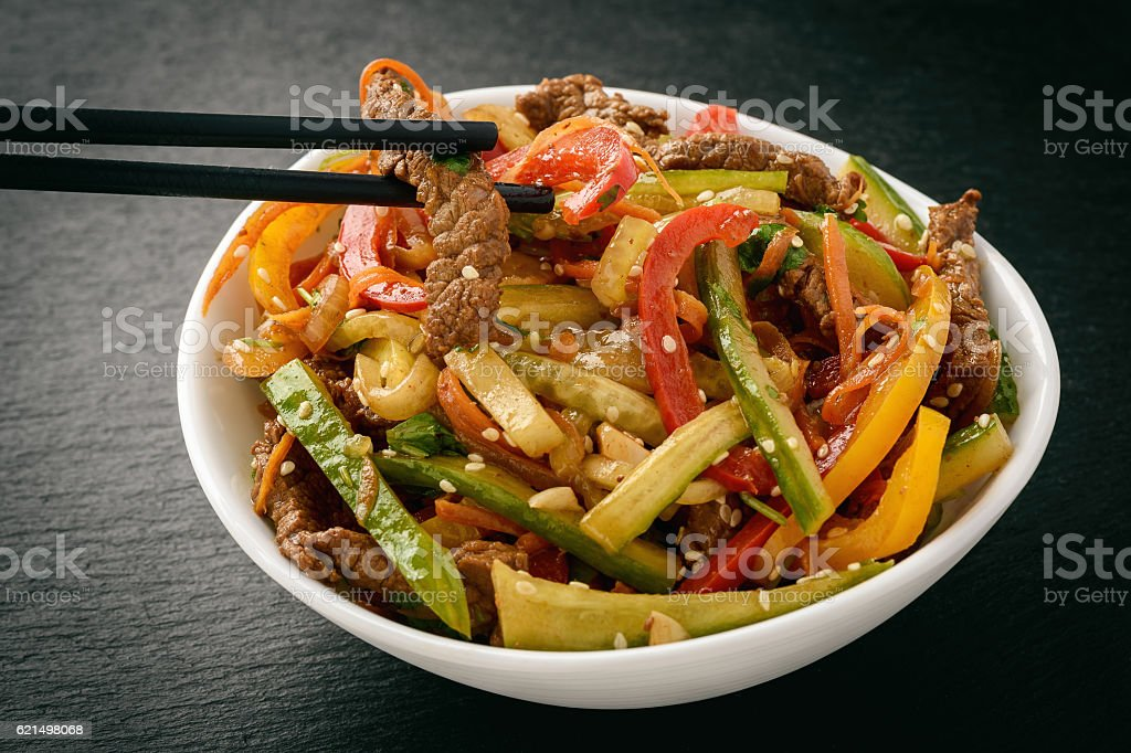 Asian (korean) salad with beef, vegetables and sesame seeds. photo libre de droits