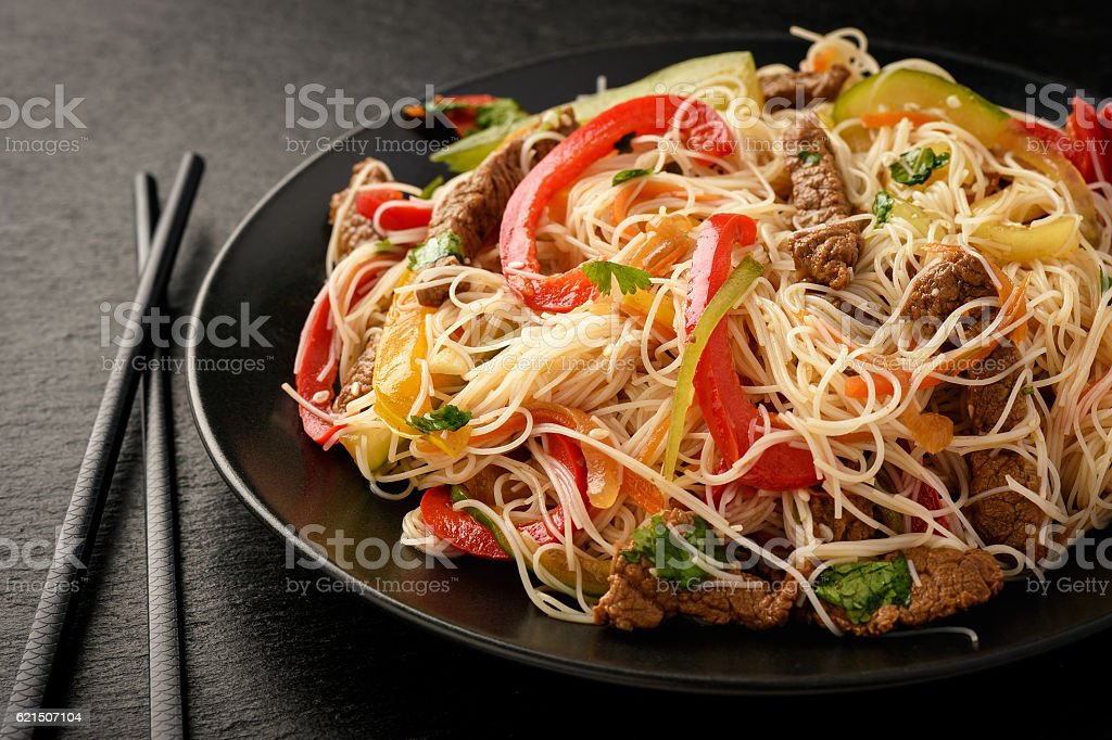 Asian salad with rice noodles, beef and vegetables. photo libre de droits