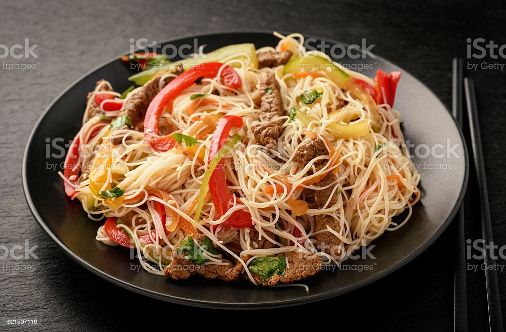 Asian salad with rice noodles, beef and vegetables. Lizenzfreies stock-foto