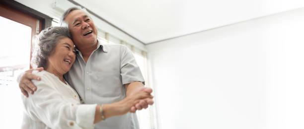 亞洲老年夫婦慶祝結婚紀念日。 - 亞洲 個照片及圖片檔