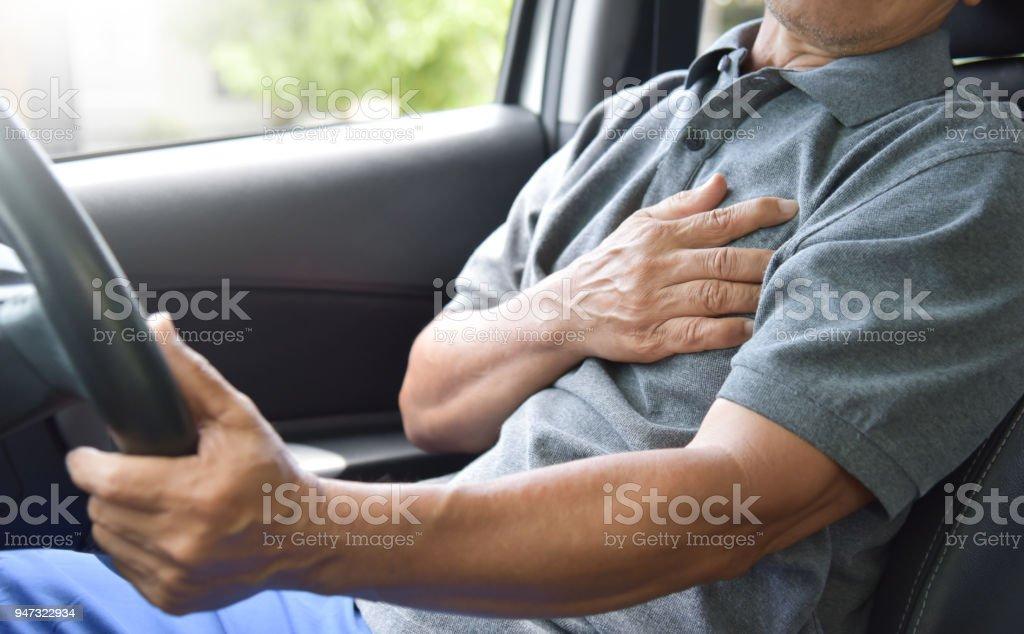 Hombre mayor asiático tener ataque al corazón. - Foto de stock de Adulto libre de derechos