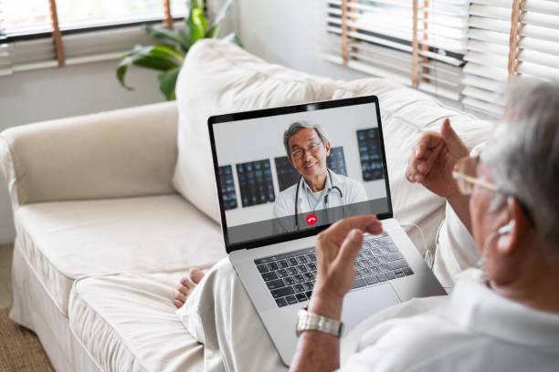 videollamada principal asiática con concepto de telesalud de telemedicina médico - telehealth fotografías e imágenes de stock
