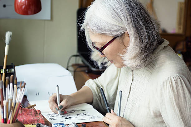 asian senior woman artist sketching - 드로잉 뉴스 사진 이미지