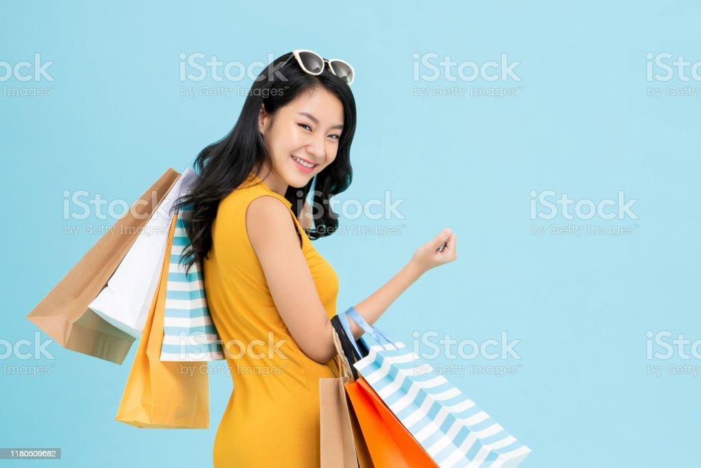 Aziatische Shopaholic vrouw vervoert kleurrijke boodschappentassen - Royalty-free Aziatische en Indiase etniciteit Stockfoto