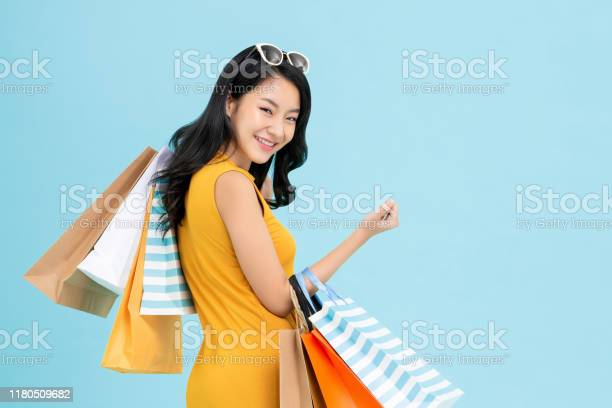 Aziatische Shopaholic Vrouw Vervoert Kleurrijke Boodschappentassen Stockfoto en meer beelden van Aziatische en Indiase etniciteit