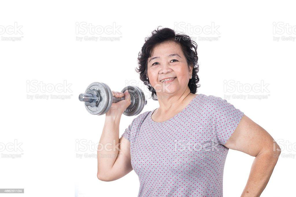 Asiática senior mujer FUERTE, levantamiento de pesas Aislado en blanco bac - foto de stock