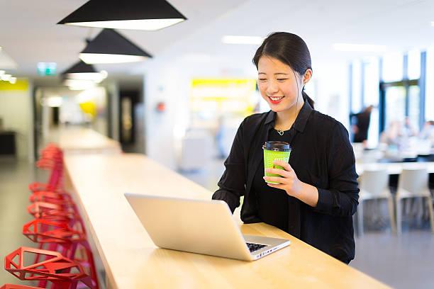 アジアスチューデントラウンジで給食、ノートパソコンやコーヒー - 大学生 パソコン 日本 ストックフォトと画像