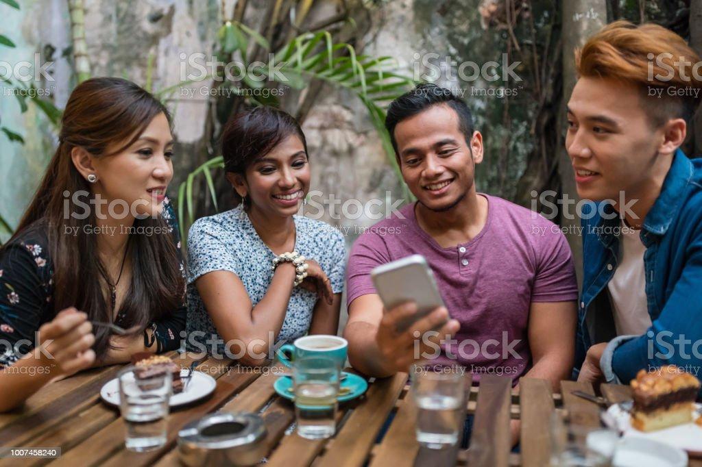Asiatische Studenten Spaß Lesen von Nachrichten auf Smartphone – Foto