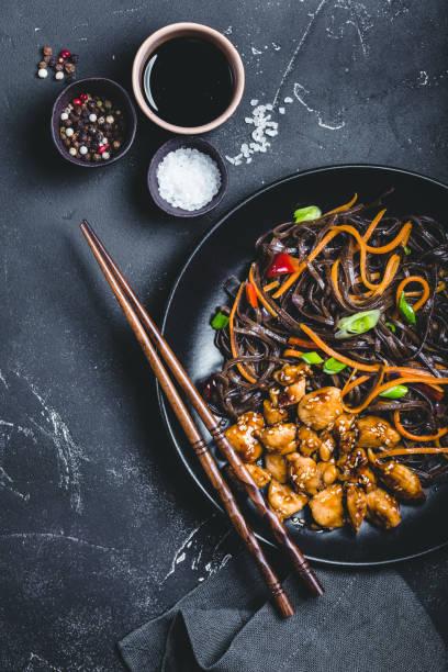 nouilles de style asiatique - cuisine asiatique photos et images de collection