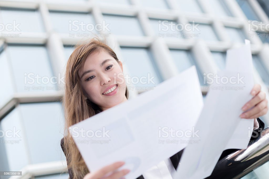 Exitosa mujer de negocios asiático análisis de negocios en la zona de archivos de oficina foto de stock libre de derechos