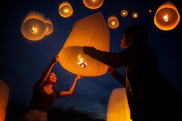 amor doce asiáticos desfrutar yeepeng festival - lanterna - fotografias e filmes do acervo